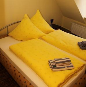 Ein Bett oder Betten in einem Zimmer der Unterkunft Weinstube Schwarzamsel