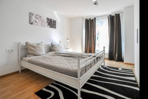 A bed or beds in a room at Traumwohnung Stuttgart