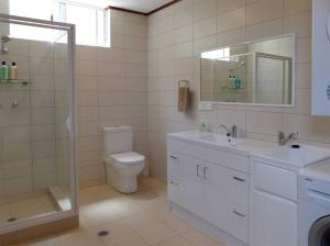 A bathroom at The Cocos Padang Lodge