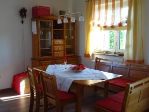 Restavracija oz. druge možnosti za prehrano v nastanitvi Holiday Home Razglednik