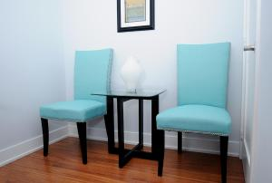 A seating area at JJ Furnished Apartments Downtown Toronto: Entertainment District Element