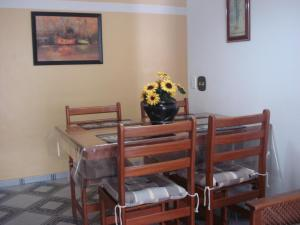 A restaurant or other place to eat at Apto na Praia Da Enseada