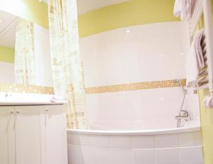 A bathroom at Residhotel Lyon Lamartine