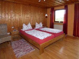 Un pat sau paturi într-o cameră la Ferienhof Fischer
