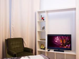 A television and/or entertainment center at ApartLux Sadovo-Triumfalnaya