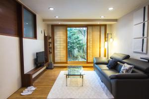 A seating area at Hanso Presidential Suite Hanok Hotel
