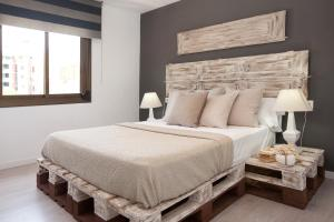 A bed or beds in a room at Enjoybcn Diagonal Nord Apartment