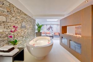 A bathroom at Alex Lodge