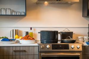 A kitchen or kitchenette at North Harbor Montauk