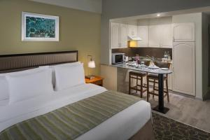 Uma cama ou camas num quarto em Savoy Park Hotel Apartments