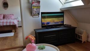 Een TV en/of entertainmentcenter bij 't KISTJE Bed by the Sea