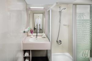 Uma casa de banho em Savoy Park Hotel Apartments