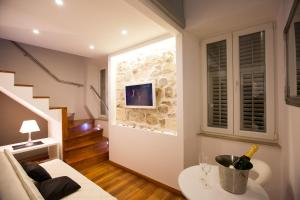 A television and/or entertainment centre at Apartments & Studios Scalini