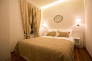 A bed or beds in a room at Apartments & Studios Scalini