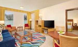 A seating area at Marriott Executive Apartments Dubai, Green Community
