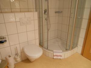 A bathroom at Ferienwohnung Trattenhaus