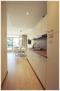 Virtuvė arba virtuvėlė apgyvendinimo įstaigoje Kuršių Dorė
