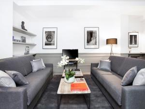 A seating area at Luxury 3 Bedroom Le Marais