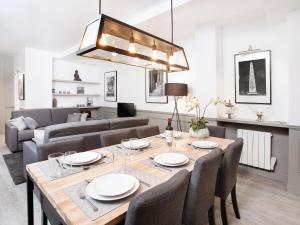 A restaurant or other place to eat at Luxury 3 Bedroom Le Marais