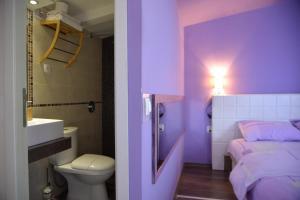 A bathroom at Aloha Luxury Apartments