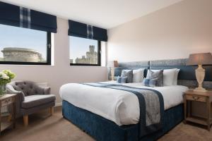 Een bed of bedden in een kamer bij Princes Street Suites