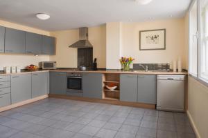 Een keuken of kitchenette bij Princes Street Suites