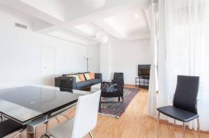 A seating area at Apartamentos Bahía Alicante