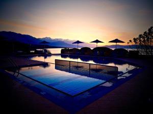 Der Swimmingpool an oder in der Nähe von Kanakis Apartments