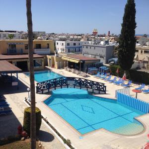 Вид на бассейн в Kefalonitis Hotel Apartments или окрестностях
