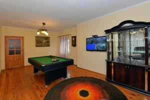 A pool table at Rambyno apartamentai