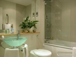 A bathroom at Atrium Serviced Apartments