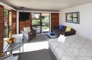 A seating area at Onetangi Beach Apartments