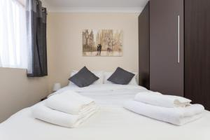 A bed or beds in a room at King William Apartment