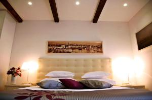 A bed or beds in a room at Magnolia Luxury Apartments