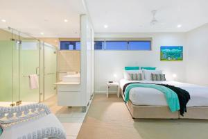 A bed or beds in a room at BeachLife Apartments