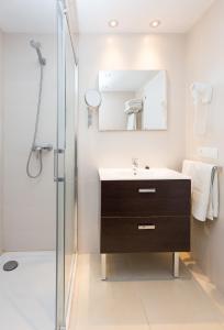 A bathroom at Apartamentos Sofía Playa Ibiza