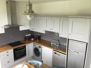 A kitchen or kitchenette at Doolin View Apartment