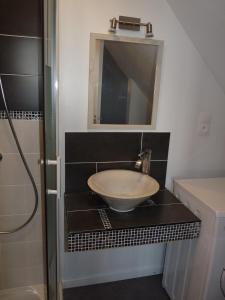A bathroom at Le Gîte Du Potier