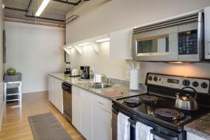 A kitchen or kitchenette at Stay Alfred on 6th Avenue