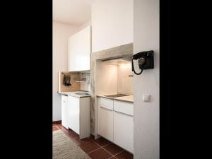 A kitchen or kitchenette at Nooks Apartment