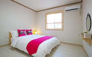 سرير أو أسرّة في غرفة في Destino Pension Gyeongju