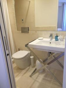 A bathroom at Bellechasse Apartments
