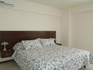 A bed or beds in a room at Apartamento Equipetrol