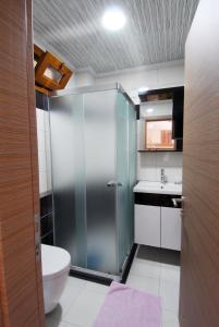 A bathroom at Burak Apart Hotel