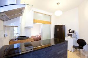A kitchen or kitchenette at Trafalgar Square Apartments