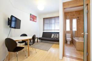 A seating area at Trafalgar Square Apartments