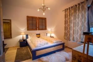 A bed or beds in a room at Walnut Apartments