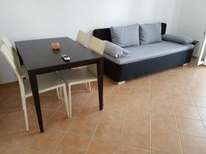 A seating area at Apartments Villa Maslinica