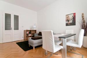Ein Sitzbereich in der Unterkunft Modern Central Apartment