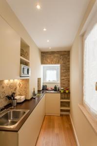 A kitchen or kitchenette at Boschetto 124 Apartment